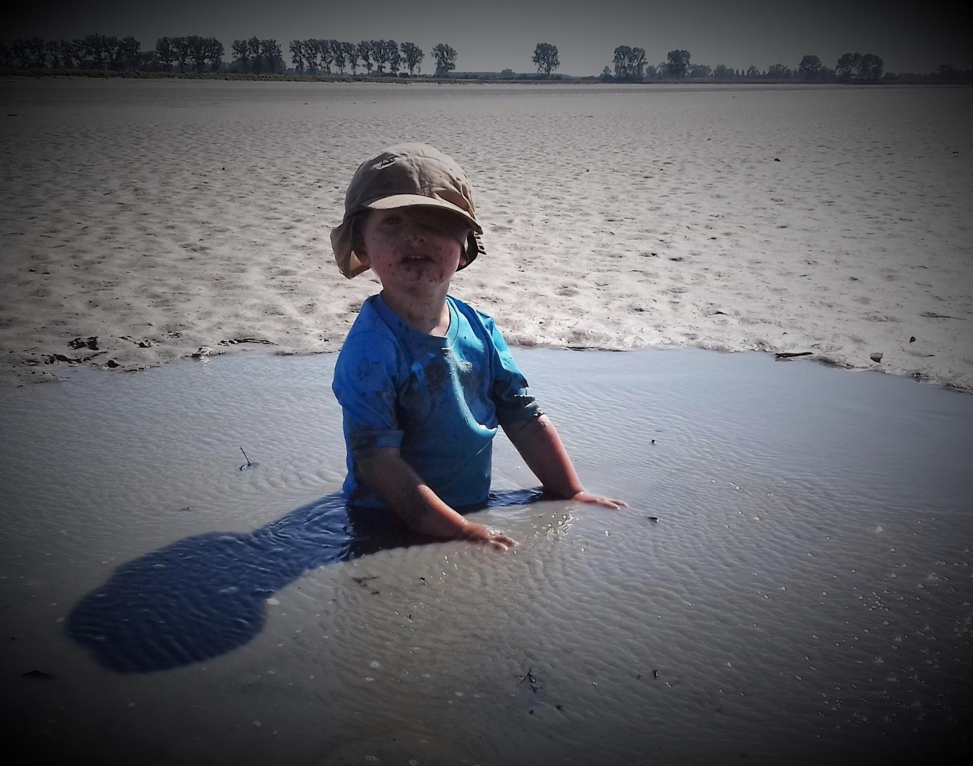 S.O.S enfant enlisé dans un sable mouvant