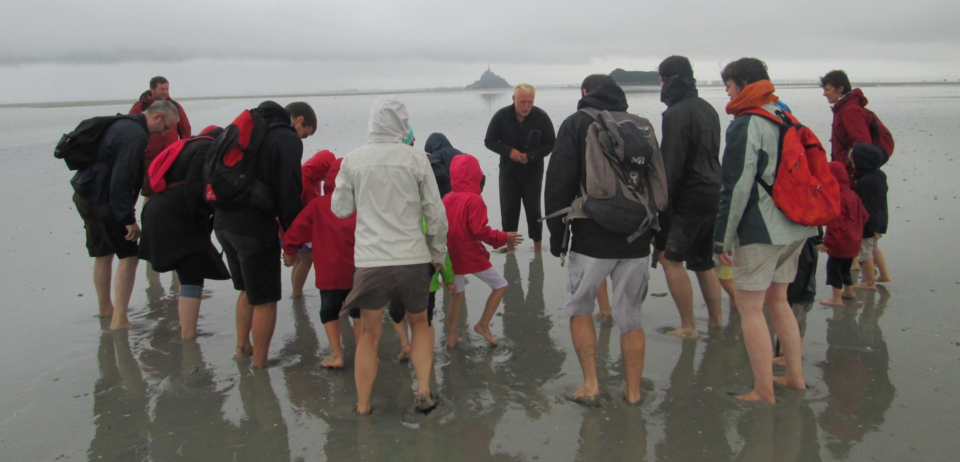 un petit groupe sous la grisaille Normande