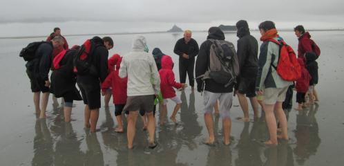 un petit groupe sous un superbe camaieu de gris
